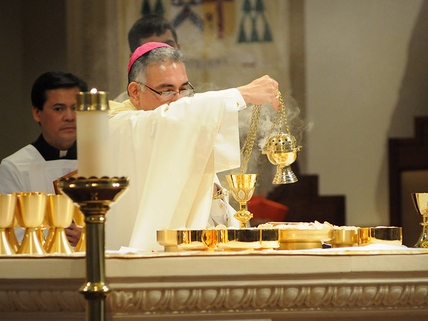 Bishop Joe S. Vásquez prepares to consecrate the bread and wine during his installation Mass as Austin's fifth bishop.